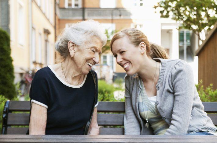 Kuvituskuva. Vanha ja nuori nainen.